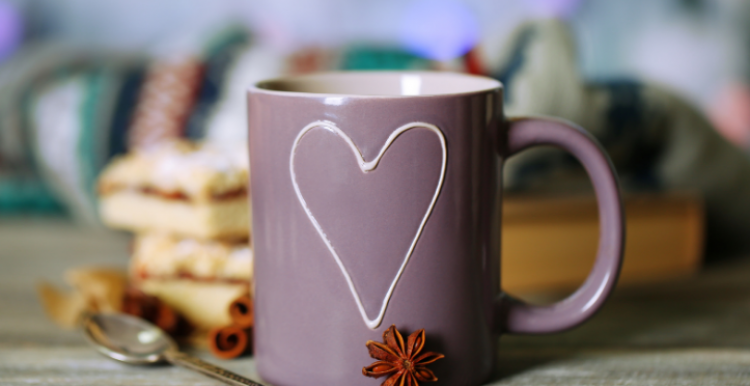 A cosy mug with biscuits